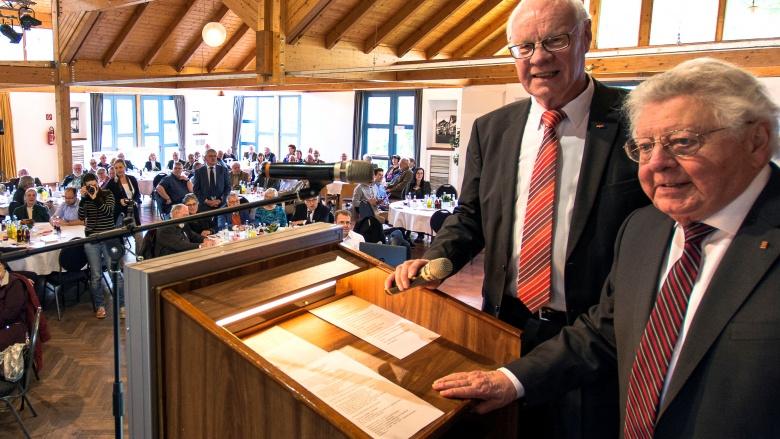 Hans-Josef Thelen gratuliert Alois Sommer zum Geburtstag (Foto: M. Maiworm)